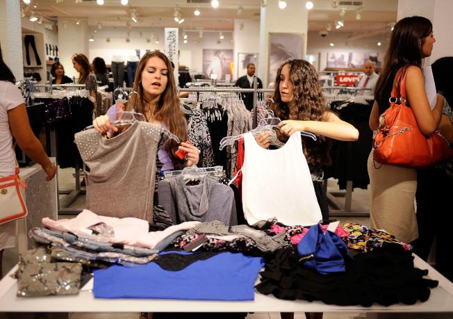 注意孩子購物時的反應,有助了解何時給孩子信用卡最恰當。( Getty Images)