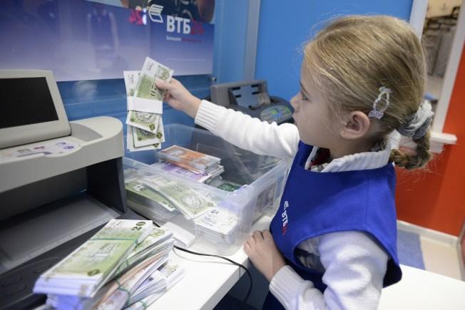 信用教育不應等到孩子手中有卡的時候才開始,你可培養子女良好的理財習慣。(Getty Images)