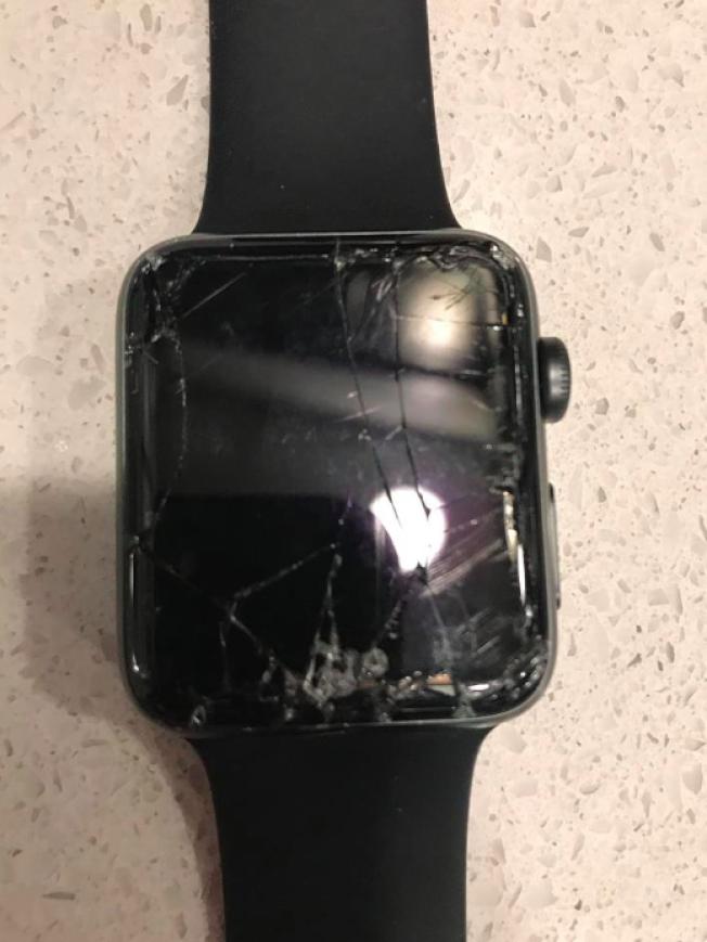 費郡警方在泰森角中心執法惹議,拍下警方執法過程的巴恩在臉書發布照片,指警方弄壞他的手錶。(Steve Bun臉書)