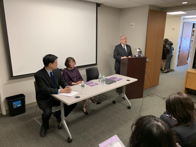 亞美聯盟29日邀請斯靜格(發言者)舉辦記者會,呼籲亞裔社區正視嚴峻的移民環境,踴躍發聲。(記者和釗宇/攝影)