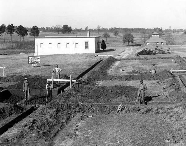 佛州男校荒廢校址發現27處疑似墳墓,百年虐童校史再次浮上檯面。當時男學生被拖進被稱作「白宮」(圖後方)虐待。此圖為1936年拍攝。(圖取自維基百科)