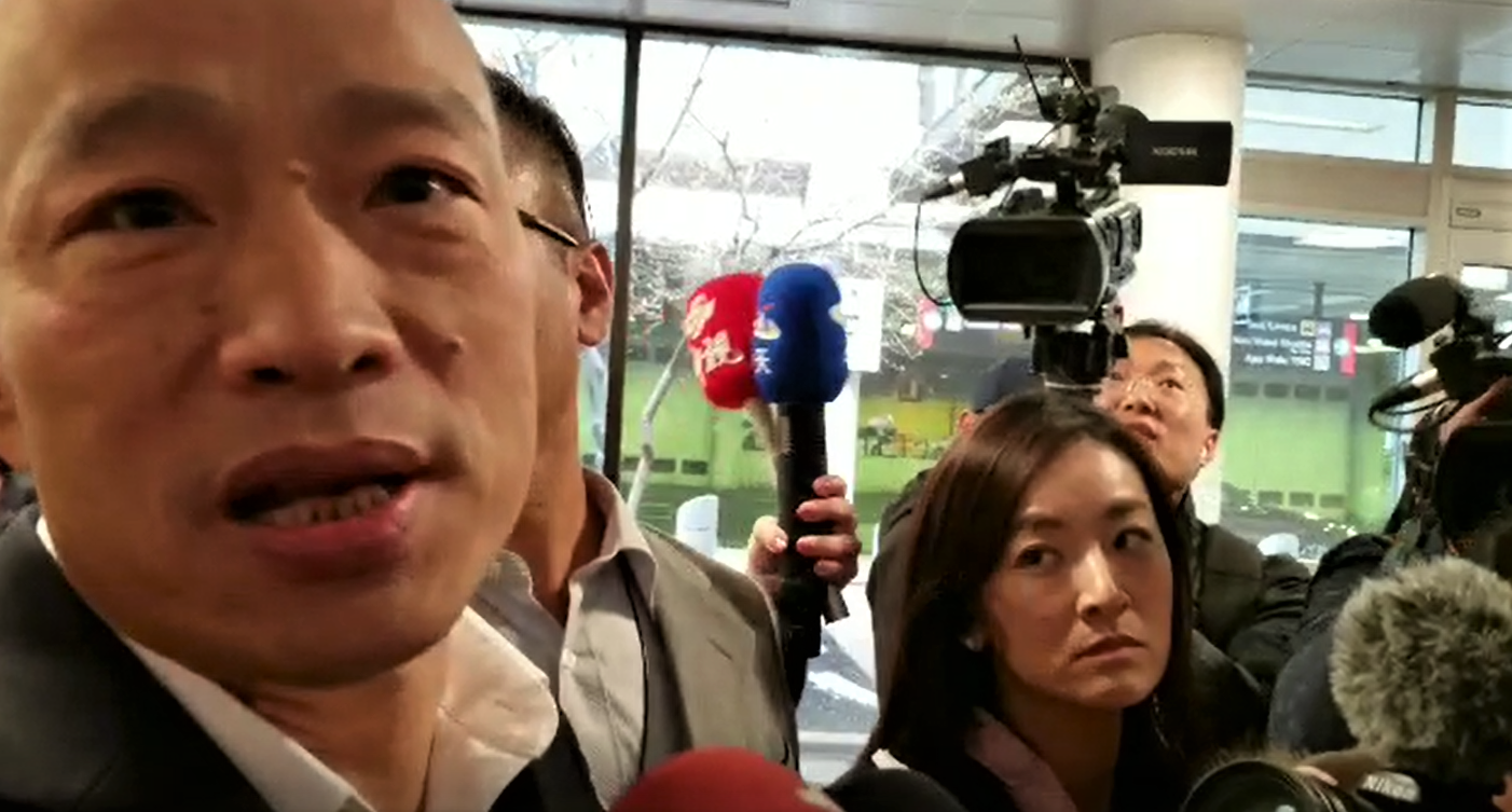 韓國瑜在波士頓羅根機場接受記者採訪。(記者唐嘉麗/攝影)