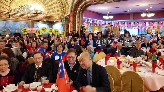 波士頓僑胞等待高雄市長韓國瑜抵達。記者唐嘉麗/攝影
