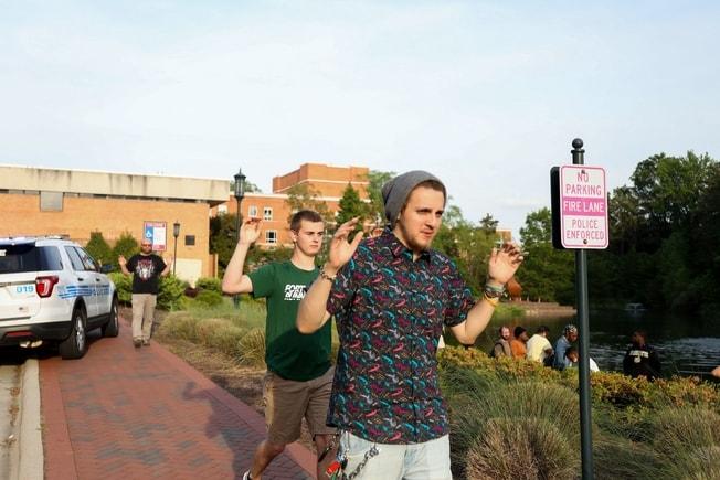 槍擊案後,學生和教職員舉手離開現場。Getty Images