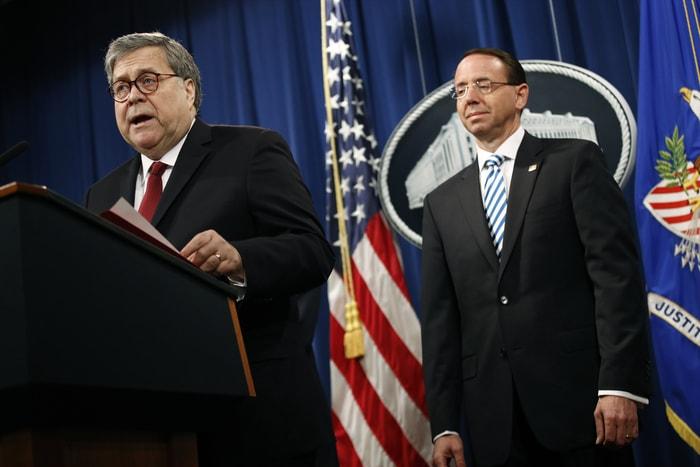 司法部長巴維理(William Barr)(左)在副部長羅森斯坦(Rod Rosenstein)陪同下,在國會取得報告前先舉行記者會。美聯社