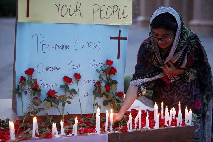 一名白沙瓦(Peshawar)的基督教婦女點燃白蠟燭悼念在斯里蘭卡爆炸中喪生的同胞。美聯社