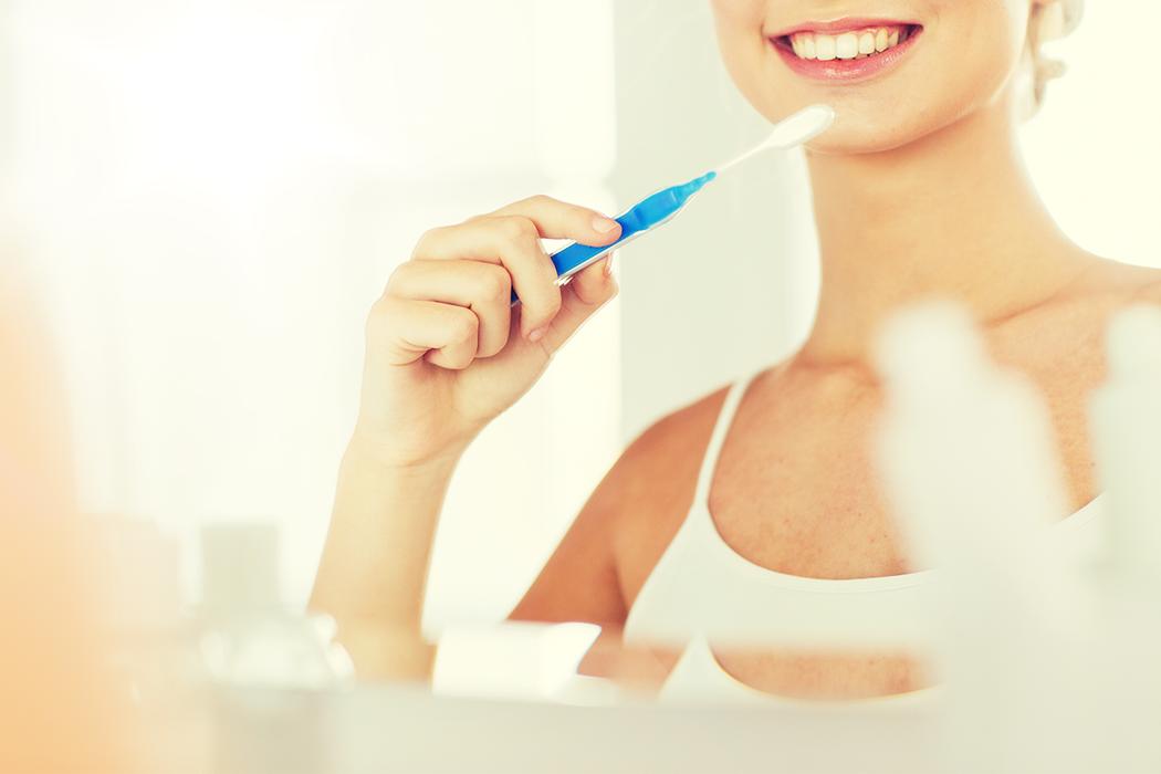 口腔醫學部牙髓及牙周病科主治醫師楊淑芬提醒,「睡前的牙齒清潔比早上的刷牙還重要,倘若習慣1天刷牙1次,寧可把刷牙時間安排在睡前」。 圖/ingimage