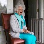 向路過學生揮手送暖12年  88歲奶奶遷居 數百學生歡送
