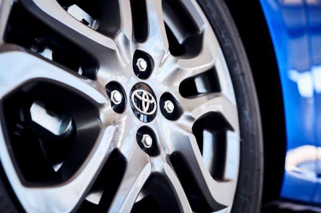 2020年式美規Toyota Yaris Hatchback標配16吋鋁合金鋁圈。(Toyota)