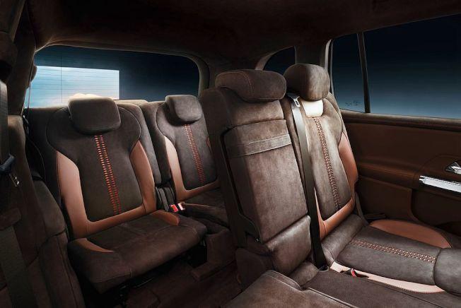 這輛5+2座多功能休旅車,第三排座椅可收納外,第二排座椅也能進行前/後微調。(Mercedes-Benz)