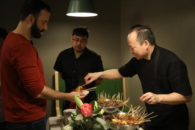 來自湖北的名廚張鵬亮(右),數年間已在大華府開辦11家店面,逐漸邁向中餐高檔化,時不時在店內舉辦結合中國傳統文化的小吃活動,備受主流及華人食客歡迎。(記者羅曉媛/攝影)