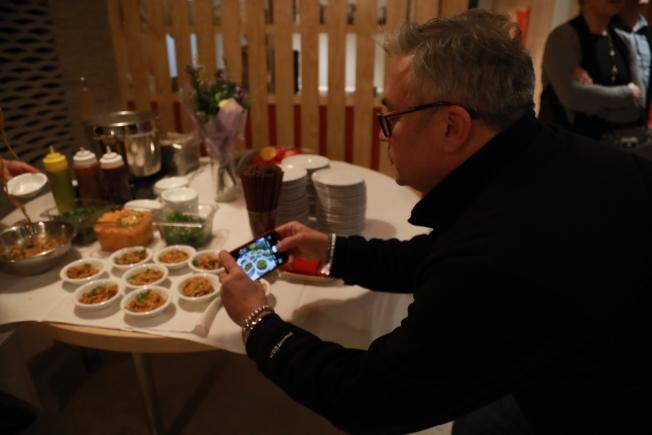 來自湖北的名廚張鵬亮,數年間已在大華府開辦11家店面,為了致敬家中的媽媽們,他近期在維州新開主打媽媽味的中餐,推出許多湖北特色美食,主流食客爭相嚐鮮、拍照。(記者羅曉媛/攝影)