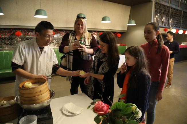 來自湖北的名廚張鵬亮,數年間已在大華府開辦11家店面,逐漸邁向中餐高檔化,時不時在店內舉辦結合中國傳統文化的小吃活動,備受主流及華人食客歡迎。(記者羅曉媛/攝影)