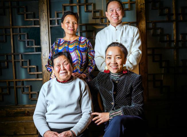 張鵬亮(後右)新開Mama Chang中餐館,主打「媽媽的味道」,這一概念恰好趕上主流餐飲的潮流。(Mama Chang攝影Rey Lopez)