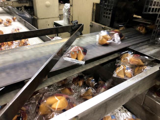 機器將籤語餅一個一個包裝。(記者顏嘉瑩╱攝影)