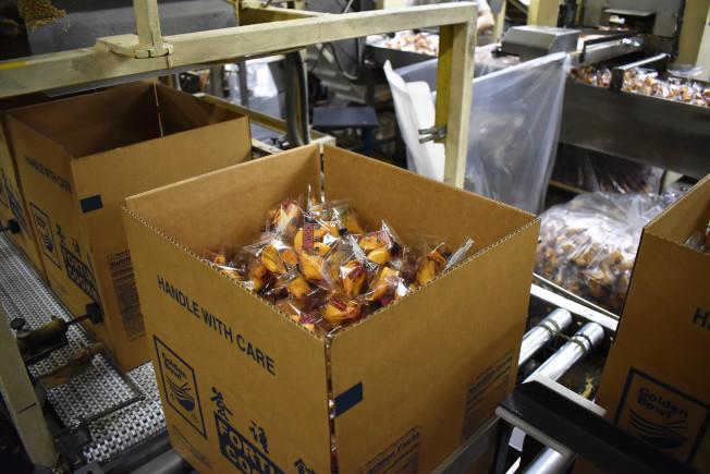 製作好的籤語餅裝箱後還需經裝板才能等待出貨。(記者顏嘉瑩╱攝影)
