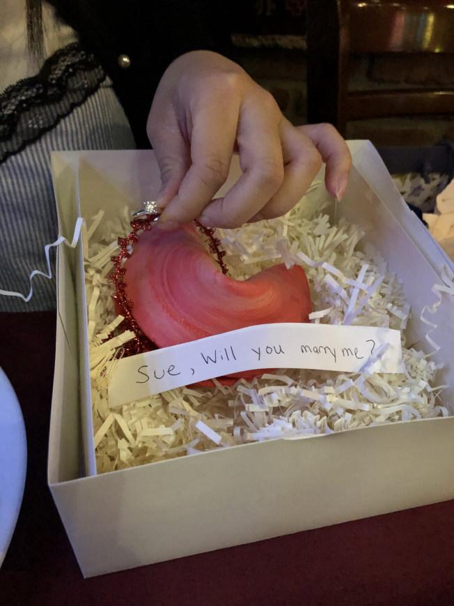 麥嘉倫用籤語餅向女友求婚。(麥嘉倫提供)