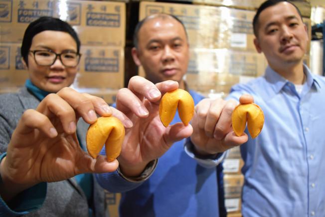 雲吞食品公司位於長島市的工廠,一天約可生產400萬個籤語餅。圖左至右為雲吞食品公司市場及公共事務助理副總裁莫念恩、黃本立和麥嘉倫。(記者顏嘉瑩╱攝影)