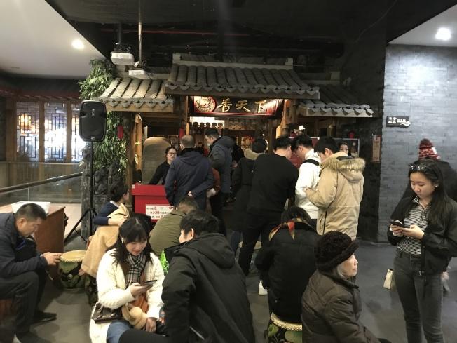 「香天下」等火鍋店在周末依然吸引食客排隊。(記者牟蘭/攝影)