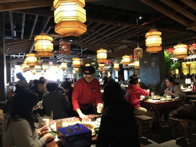 「香天下」等火鍋店在周末吸引不少食客前來。(記者牟蘭/攝影)