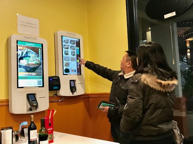 顧客可以在無人點餐系統前自主完成點餐。(記者黃少華/攝影)
