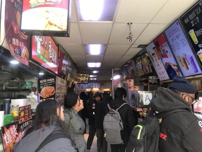 不用付消費以及價格較低,法拉盛的美食廣場受到中外族裔的青睞。(記者牟蘭/攝影)