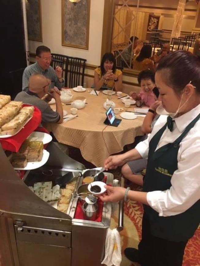 現點現吃的獨特餐飲方式,讓早茶成爲別具一格的會友聊天和家人團聚方式。(楊青/攝影)