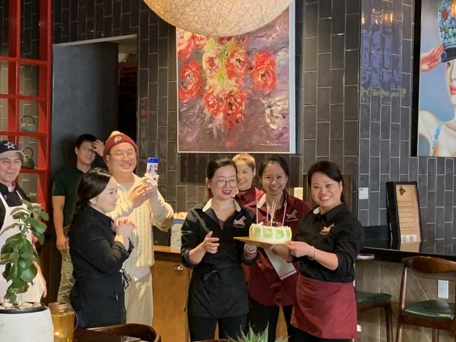 味香居的員工相處融洽,圖為員工為劉新蕊(最右)慶祝生日。(張筠/攝影)