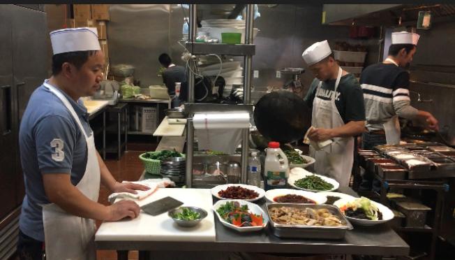 大洛杉磯地區歷史最悠久的川菜館雲南過橋園歷經21年,人氣依然旺盛。(楊青/攝影)