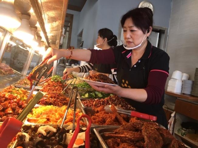 大洛杉磯地區最古老的川菜館雲南過橋園,至今保持著每天供應將近30種涼菜。(楊青/攝影)