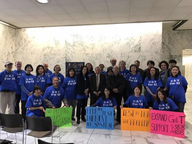 168位志願者30日在州府發聲要求反對取消SHSAT,斥責白思豪忽視公校系統問題。(臧東慧提供)
