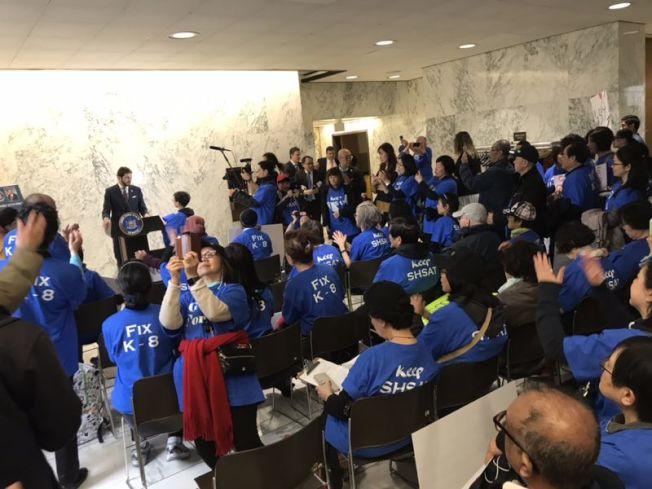 168位志願者30日前往州府奧伯尼與民選官員對話 ,要求保留SHSAT。(臧東慧提供)