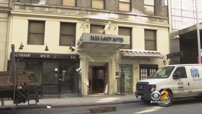曼哈頓法官准許市政府在位於「億萬富翁大道」的前薩沃公園酒店開設遊民收容所。(CBS紐約地方電視台截圖)