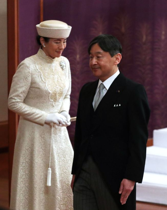 日本皇太子德仁(右)和太子妃雅子(左)4月30日在東京皇居參加日皇明仁退位儀式。(Getty Images)