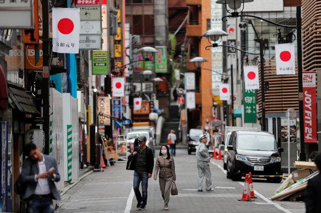 迎接即將到來的「令和元年」,東京街頭4月30日已掛滿旗幟。(路透)
