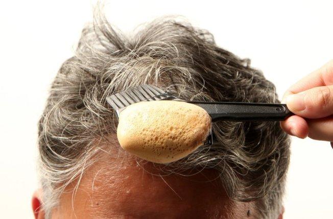 除了染髮外,醫師建議改變生活型態能延緩白髮出現。(本報資料照片)