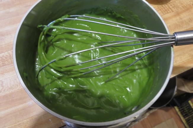牛奶、細砂糖(b)、抹茶粉放進小鍋中,以中火加熱至糖、抹茶粉溶解。