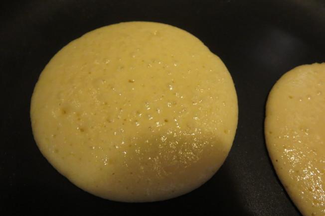 準備平底鍋,倒入適量麵糊,小火煎至表面起泡後翻面。