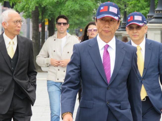鴻海董事長郭台銘於美東時間傍晚5點多進入白宮,他戴著可見美國與中華民國國旗的帽子。華盛頓記者張加/攝影