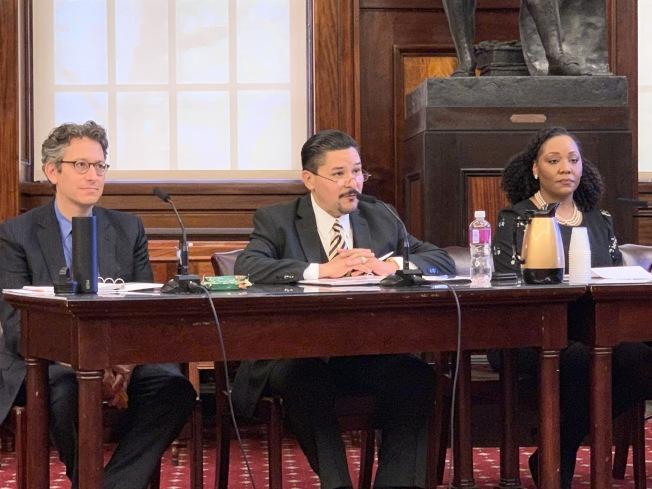 教育總監卡蘭扎(中)表示,紐約市公校族裔隔離現狀必須終結,他將會繼續為廢除SHSAT作出努力。(記者和釗宇/攝影)