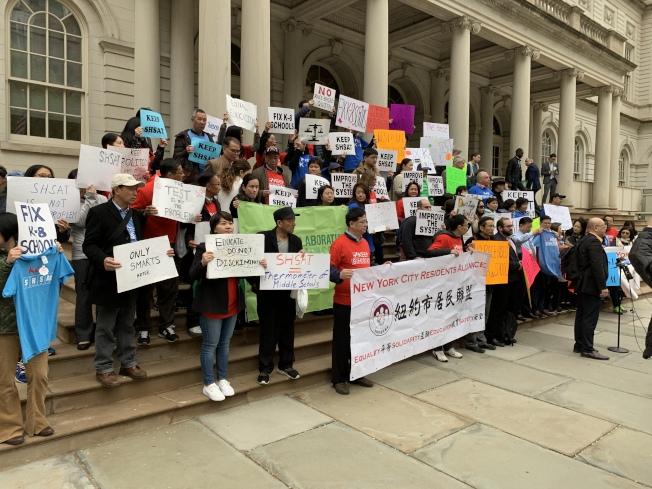 近百名民眾高喊「保留考試」的口號,要求停止以「多元化」為名而針對亞裔的歧視。(記者和釗宇/攝影)