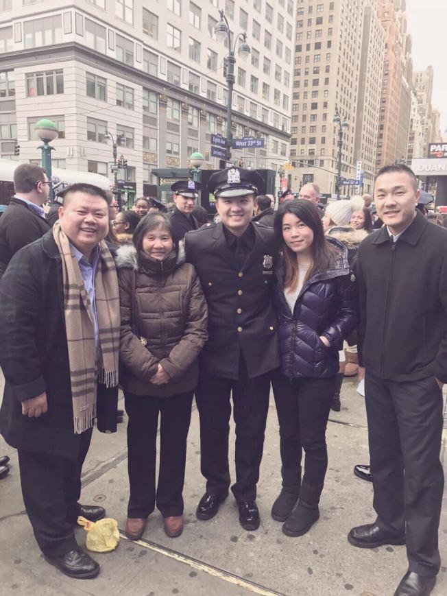 江桐(中)在市警畢業典禮後與家人朋友合影。(江桐提供)