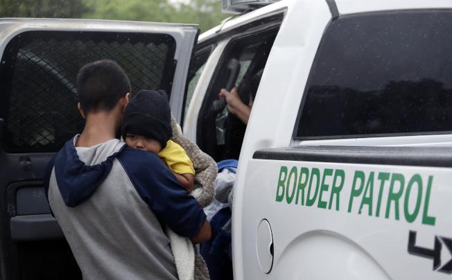 海關與邊境保護局在邊界巡查時,救了一對遭蜜蜂攻擊的偷渡母子。圖非當事人。(美聯社)