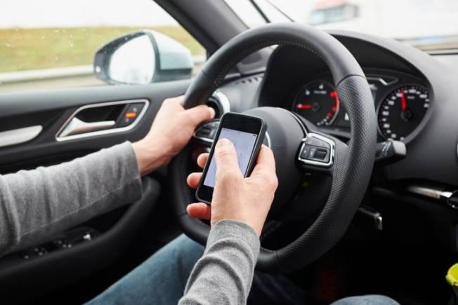 從7月1日開始,凡在伊利諾州境內開車使用手機的駕駛,將視為「車輛行動中的違法行為」(moving violation),12個月內犯滿三次者,駕照將遭吊扣。(本報檔案照)