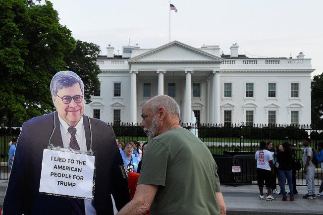 抗議者在白宮前面豎立巴維理的紙人像,胸前掛著牌子「我為川普總統而向美國人民說謊」。(路透)