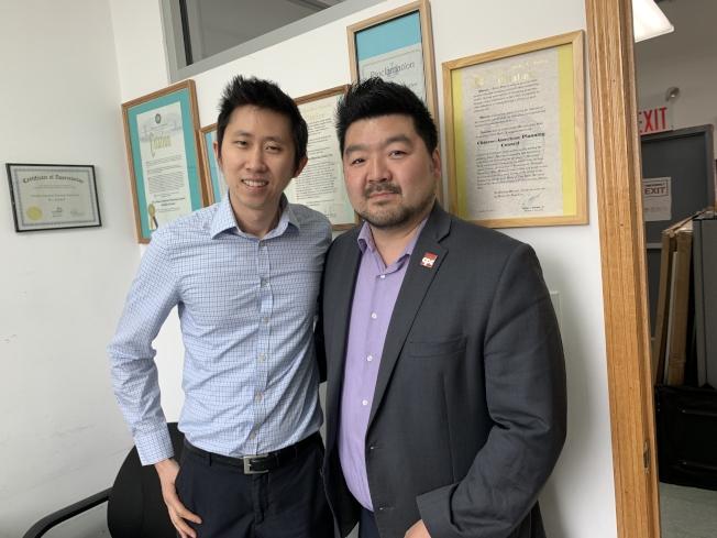 胡凱立(左)與梅兆波(右)歡迎民眾多利用移民法律服務。(記者黃伊奕/攝影)