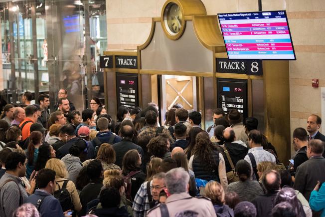 民眾擔憂賓州車站的夏季維修將再次嚴重影響列車運行,成為他們通勤的噩夢。圖為賓州車站的人潮 。(Getty Images)