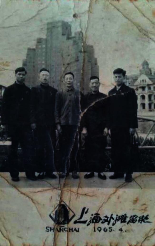 一九六五年,作者的爺爺(右二)和機械廠領導到上海參觀萬噸水壓機後在外灘留影。