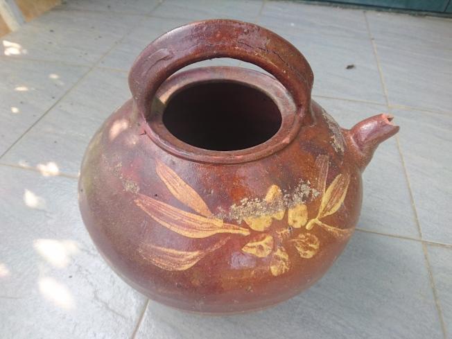 作者撿回的陶壺。