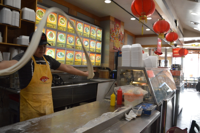 扎西邊巴常在店裡製作手工拉麵,他說艾姆赫斯特的華裔顧客不斷增加。(記者牟蘭/攝影)
